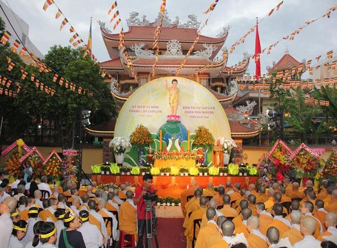 Lễ Phật đản thu hút hàng ngàn Phật tử khắp nơi trên cả nước tham gia