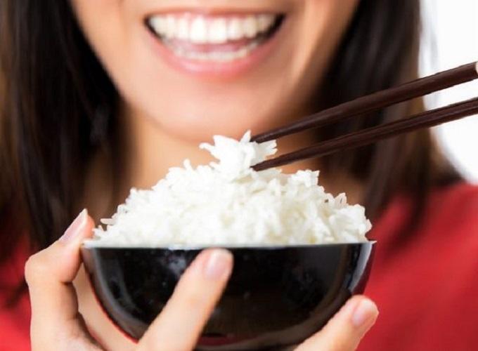 mơ thấy ăn cơm là điềm báo gì